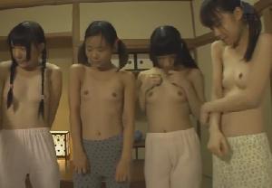 元気いっぱいの小さな女子達…毛の無い幼い割れ目にブスリ
