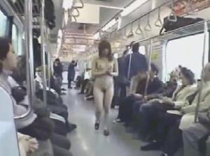 電車の中で全裸露出の公開セッ○スさせた女優をそのまま置き去り<br />