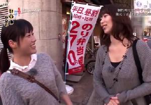 若手女優と熟女女優が商店街を散歩!エッチなことしまくる珍道中!