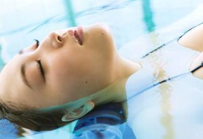 【エンタメ画像】【画像】モー娘!譜久村聖の水面から突き出したお●ぱいが美味しそう!!!!!!!!!!