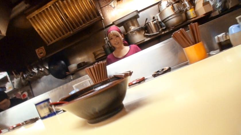 ラーメン店バイトの巨乳ギャルってくっそエロいなwwwスープよりマンコの味の方が気になってしまう…