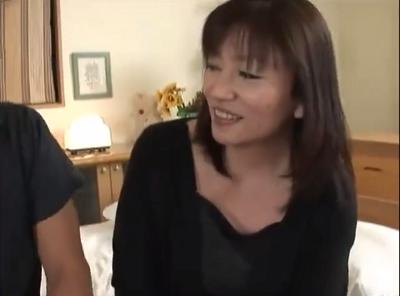 九州で夫婦生活を送る美魔女な熟女のしずかさんが45歳になってomannkoアダルト撮影に挑むおばさんの動画40代無料画像