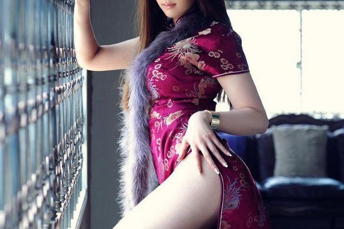 スリットからのぞく美脚にときめくチャイナドレス画像