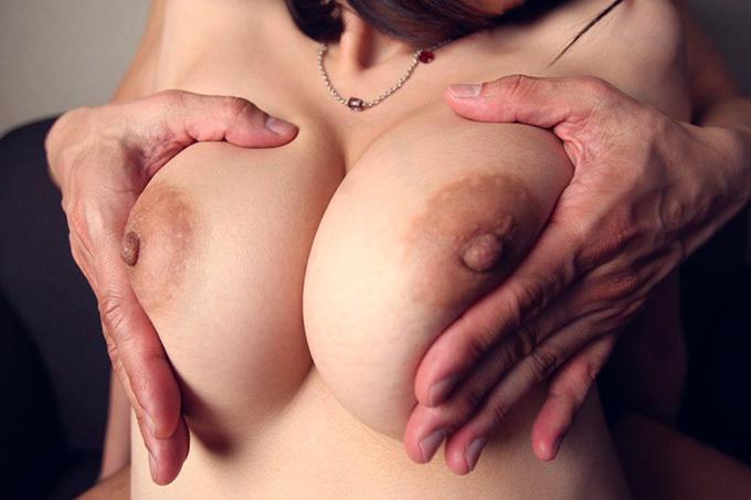 お乳をムギュッと責められるえろ写真