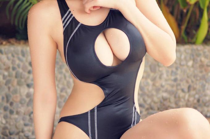 競泳水着なのに胸元がパックリ開いて谷間を露出させてるエロ画像