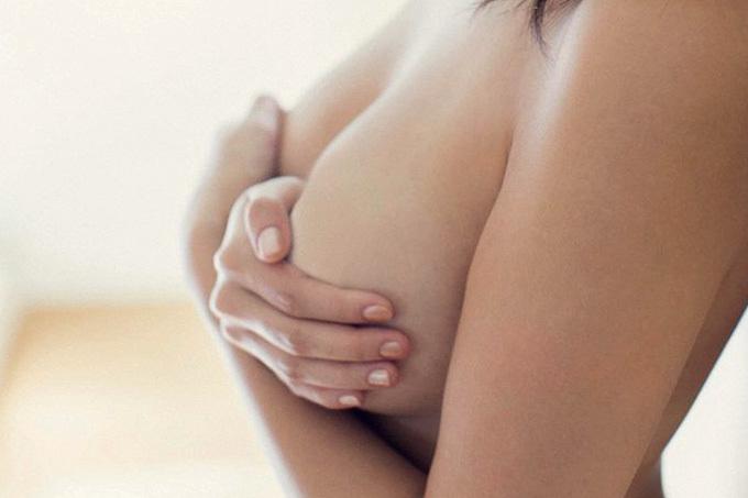 美しい乳をもったいぶって隠しちゃう手ブラえろ写真
