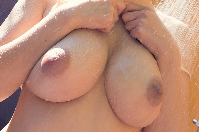 美巨乳がシャワーで濡れる…えろ写真