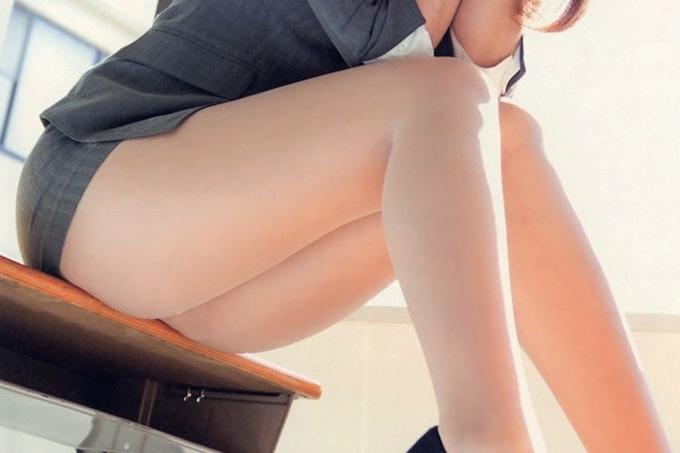 椅子に座った女の子の素晴らしい太もものエロ画像