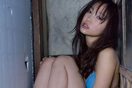 超名作グラビア劇場 吉木りさ(27)の青い水着と暗い古民家。画像×20