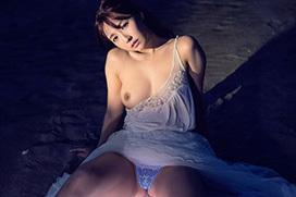 三上悠亜 夜の海で乱れる…。