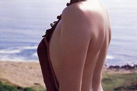 女の背中に欲情するエロ画像!こんな肩甲骨を舐めたいと思いませんか?www