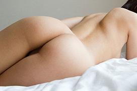 【お尻】 色白でキレイな丸いお尻をこっちに向けて誘惑してくる女の子!!