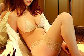 性的欲求を増幅させる官能的なランジェリー姿のエロ画像