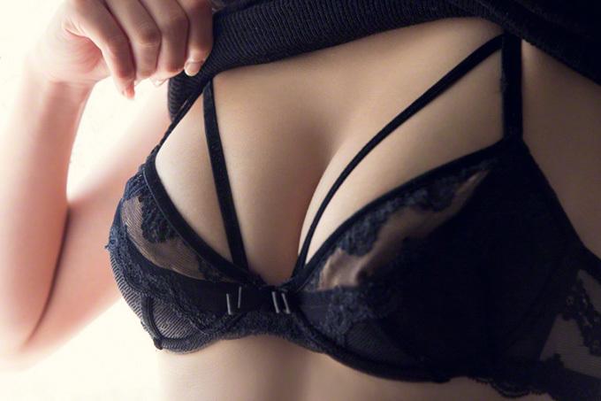 グラドルが魅せる…綺麗な胸の谷間画像100枚