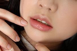 プルンプルンな唇!綺麗なお姉さんの艶めかしい唇の接写画像!