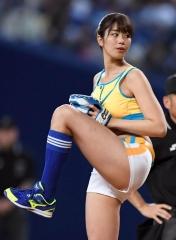 稲村亜美始球式エロ画像2