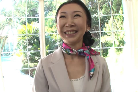 【五十路無料動画】五十路の貧乳素人熟女が灰色の下着姿を披露