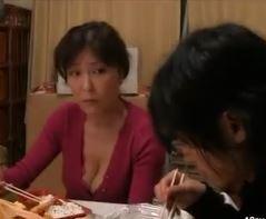 (ヒトヅマムービー)《50代の性欲》欲望を抑えきれない熟母さんが禁断の相手と体液を交わす☆