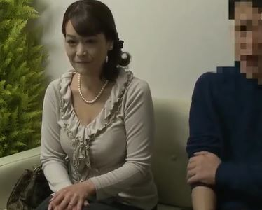 (ヒトヅマムービー)《50代の肉蜜》賞カネ目的でムスコとSEXしてしまう淫欲な母親☆