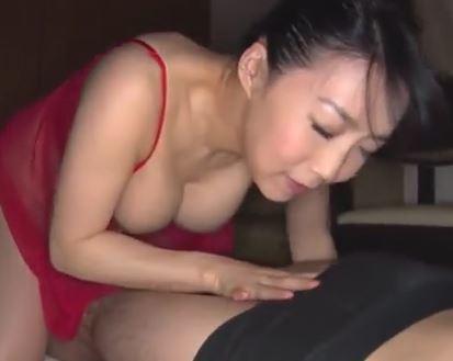 (ヒトヅマムービー)(ヒトヅマの乳房)ダンナの出張中にムスコのオチンチンを貪るドSなヒトヅマ