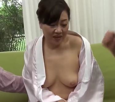 (ヒトヅマムービー)(50代の欲望)飢えた熟マンが他人のオチンチンに淫らに反応する