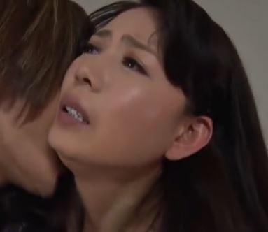 (ヒトヅマムービー)(三浦恵理子)愛しいムスコにSEXを教えた熟母さんが苦悩する