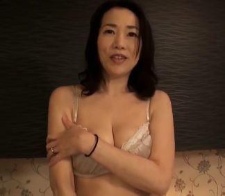 (ヒトヅマムービー)(初脱ぎ50代)レスで欲求不満な奥さんが円熟したテクで淫らな姿を晒す