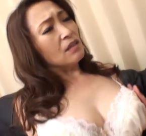 (ヒトヅマムービー)性欲ビンビンの美美巨乳熟母がヤングオチンチンにむらむらが抑えきれない☆