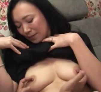 【人妻動画】《人妻キャッチ》経験豊富なお母ちゃんさんがギンギンの生棒の挑発に墜ちる