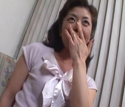 (ヒトヅマムービー)(初脱ぎ50代)見た目は純粋なヒトヅマさんが絶倫のチンチンが欲しくて初めてのウワキに萌える