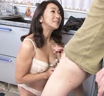 (ヒトヅマムービー)《50代の性欲》マッサージで感じてしまった熟母が禁断のカンケイに進んでしまう