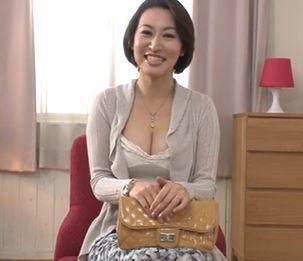 (ヒトヅマムービー)《初撮りヒトヅマ》食べ頃の美美巨乳をした奥さんが他人棒にネトられてナカ出しされる☆