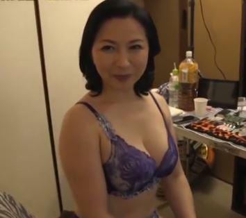(ヒトヅマムービー)《初撮り奥さん》むっちり白肌で美美巨乳の奥さんが他人のオチンチンを欲しがる
