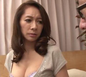 【人妻動画】《熟母の膣内蜜》恥ずかしい姿を覗かれた人妻が近所のBOYと体液を交わしてしまう