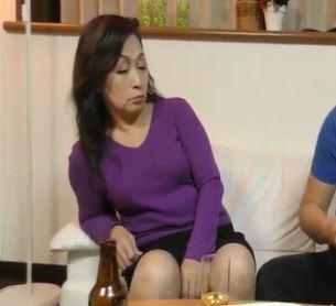 (ヒトヅマムービー)《熟母の欲望》酔った勢いで不覚にも発情してしまった60才の子宮が疼きだす