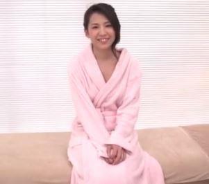 (ヒトヅマムービー)(初脱ぎ奥さん)ダンナが48才で18才差という年の差婚の30代のヒトヅマがネトられる☆