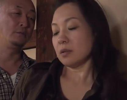 (ヒトヅマムービー)《へんりー塚本》歪んだ家庭での日常に起きる淫らな性行為☆