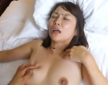 (ヒトヅマムービー)《ネトられ熟妻》むっちむっち肌と感度抜群の膣内内で他人棒に激逝きする