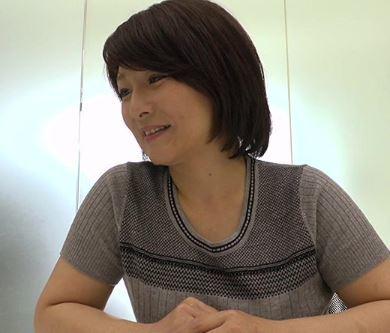 【人妻動画】《人妻の欲望》経験が豊富なオバちゃんがドーテイちゃんをフデおろし