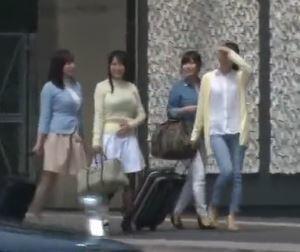 【人妻動画】お母ちゃん友りょこうでテンションがMAXの奥さんだちが独身気分でハメを外しウワキしてしまう