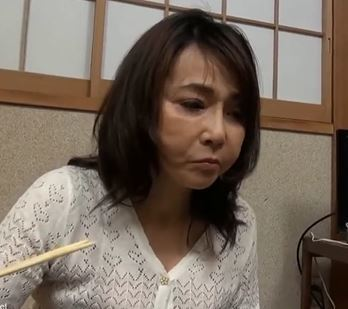 (ヒトヅマムービー)《初脱ぎ》50を超えて男性との出会いもなく寂しい日々を送っていたヒトヅマさんが感激の性行為