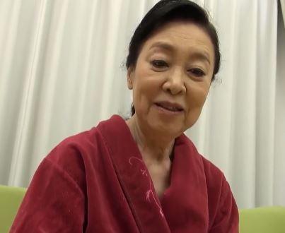(ヒトヅマムービー)《完熟》50代オバーの御年80のスパー婆さんがはげしく乱れる
