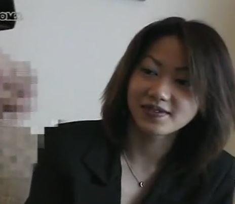 (ヒトヅマムービー)(ヒトヅマキャッチ)照れながらもボッキオチンチンをガン見するキャッチしたモデル妻さんの一部始終☆