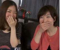 (ヒトヅマムービー)(自慰鑑賞)キャッチされ騙されたオヤコがボッキチ○ポに照れながらもむらむらしていく小小娘と50代のヒトヅマ☆