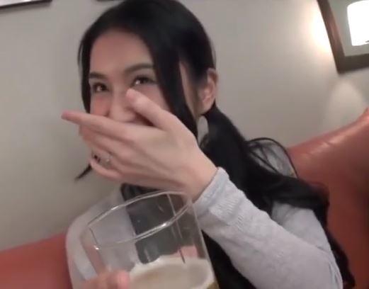 (ヒトヅマムービー)(ヒトヅマキャッチ)シロウトお母ちゃんさんにアルコールを飲ませて気分が盛り上がるとサンピーハメドリ