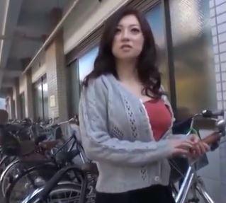(ヒトヅマムービー)(ヒトヅマキャッチ)駐輪場で見つけたシロウトの美美巨乳奥さんをダマしてハメドリ