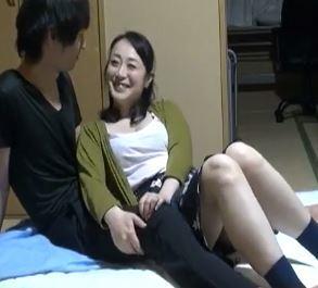 (ヒトヅマムービー)《ネトられ奥さん》家庭ではダンナと会話もないシロウト主婦が美BOYに口説かれネトられる