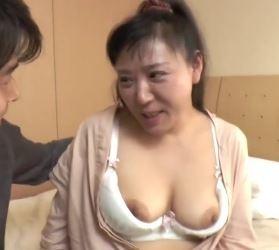 【人妻動画】(NTR奥さん)数年ぶりの元気棒にビックリするほど感じまくり子宮にざーめんを注入される