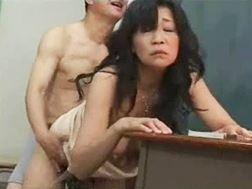 【五十路】後背位でレ◯プされるおばさん教師内藤由美