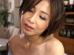 【熟女・人妻動画】乳離れ出来ない青年に乳を吸われる美魔女-桐岡さつき